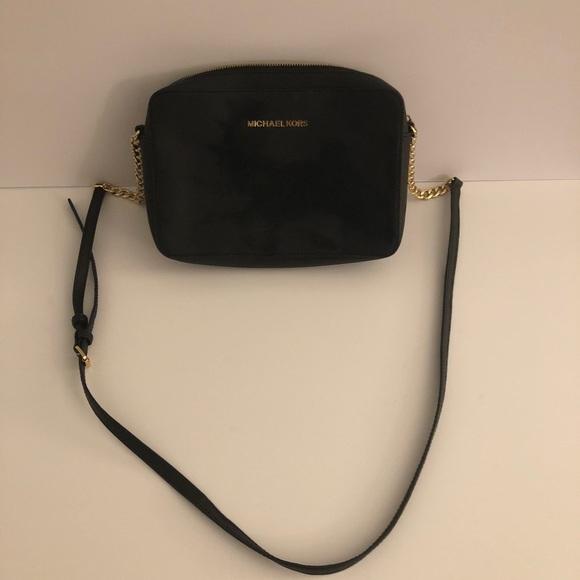 f7a0b70c1770bf Michael KORS crossbody purse with gold chain strap.  M_5b4dd485c61777d558c113a1